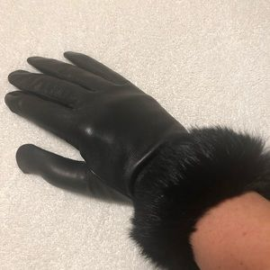 NWT fur trimmed black leather gloves by Grandoe
